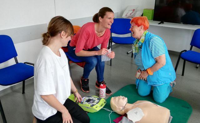 Medgeneracijsko usposabljanje za temeljne postopke oživljanja po navodilih zdravstvenega dispečerja prek mobilnega telefona je lahko tudi zabavno. FOTO arhiv projekta ŠIPK