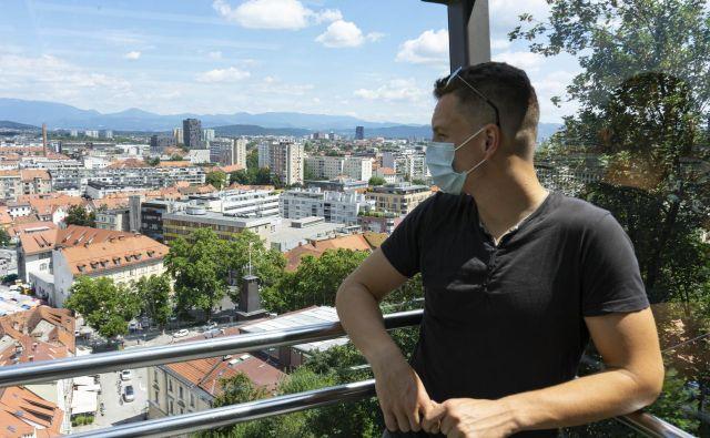 Na spodnji postaji vzpenjače so se pred letom dni za vožnjo na Ljubljanski grad vile dolge kolone potnikov. Današnja slika je precej drugačna. Foto Vid Svetina