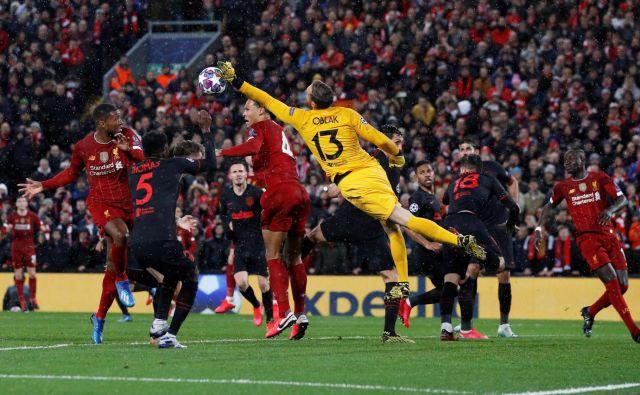 Z bravurozno predstavo v osmini finala lige prvakov na Anfieldu, po kateri je Ateltico izločil branilca naslova lige prvakov Liverpool, je Jan Oblak prepričal tudi nejeverne angleške strokovnjake. FOTO: Phil Noble/Reuters