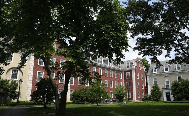 Zdaj so poleg tujih študentov v ZDA zaskrbljene tudi univerze, ki so s šolninami tujcev pridobile precejšen delež prihodkov. Poleg dveh izmed najuglednejših, Harvarda (na fotografiji) in Tehnološkega inštituta Massachusettsa (MIT), je tožbo proti ukrepu vložila tudi zvezna država Kalifornija, šestdeset visokošolskih ustanov pa mu nasprotuje v javnem pismu. FOTO:Maddie Meyer/AFP