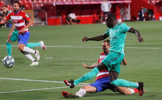Real Madrid je v Granadi naredil še en velik korak proti 34. naslov španskega prvaka, enega od dveh golov ter prvega v Realovem dresu pa je dosegel Ferland Mendy. FOTO: Jon Nazca/Reuters