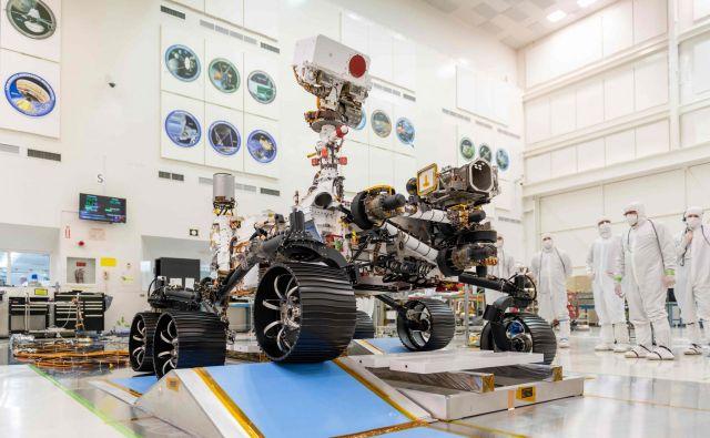 Preizkuse roverja so opravljali v steriliziranem okolju, zdaj je Perseverance že zložen v tovorni kapsuli, čez približno pol leta pa ga čaka sedem minut groze oziroma najbolj tvegan del odprave – pristajanje na Marsu. FOTO: Nasa/AFP
