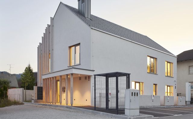 Gabarite hiše vizualno zmanjšujejo tudi nadstreški. Pogled s severne strani. Foto Damjan Švarc