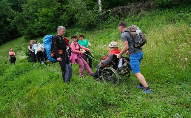 Za gibalno ovirane je pomembna predvsem izbira planinske poti, spremljevalci oziroma prostovoljci pa morajo imeti voljo in biti ustrezno usposobljeni. FOTO arhiv PZS