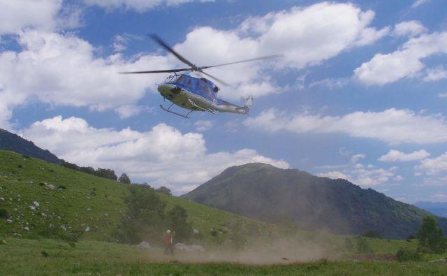 Poleg policistov so na kraj nezgode napotili pripadnike GRS Tolmin in helikoptersko ekipo za reševanje v gorah GRS z Brnika. FOTO: Miljko Lesjak/GRS Tolmin