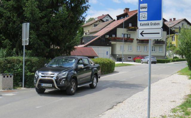 Na P+R Kamnik je na voljo 45 parkirišč, od tega so štiri parkirna mesta namenjena invalidom. Foto Bojan Rajšek