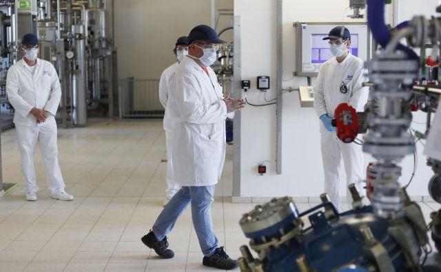 Lek je v obratu v Mengšu med epidemijo začel izdelovati razkuževalno sredstvo. FOTO: Leon Vidic