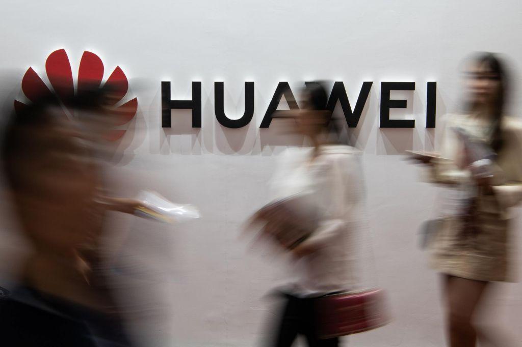 Johnsonova vlada prepovedala uporabo Huaweijeve opreme