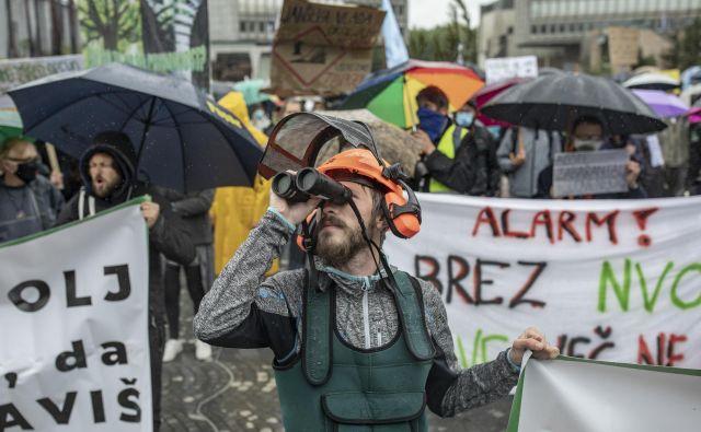 Naravovarstveniki so zaradi omejitev v predpisih tudi protestirali pred državnim zborom. FOTO: Voranc Vogel/Delo