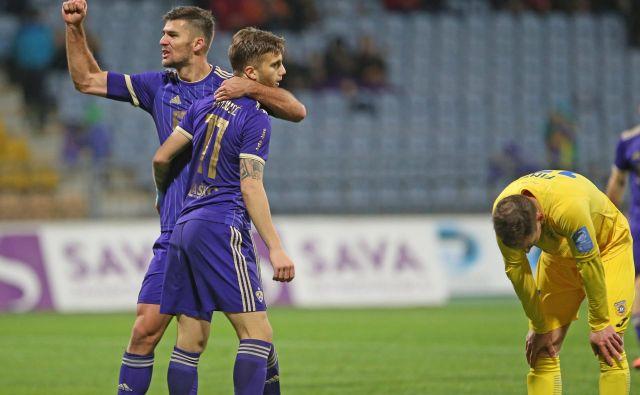 Maribor je zanesljivo osvojil vse tri točke v Stožicah. Strelec prvega gola Luka Zahović (desno) in podajalec za drugi gol Rok Kronaveter. FOTO: Tadej Regent