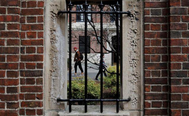 Napoved Trumpove vlade izgonu tujih študentov je bila objavljena, ko je Harvard naznanil, da bo zaradi pandemije covida-19 večji del jesenskega semestra potekal na daljavo. FOTO: Brian Snyder/Reuters