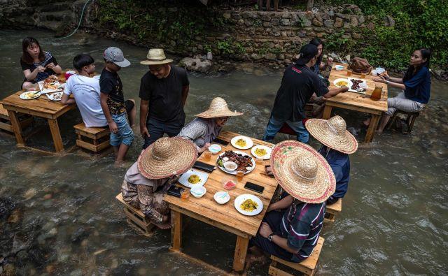 Na obrobju Kuala Lumpurja, glavnega mesta Malezije, obstaja restavracija, kjer strežejo gostom kar na brzicah reke Kampung. FOTO: Mohd Rasfan/Afp<br /> <br />