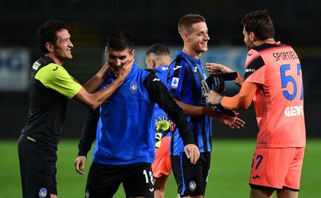 Atalanta melje tekmece tudi z rezervisti, med katerimi izstopata Ukrajinec Ruslan Malinovskij (drughi z leve) in Hrvat Mario Pašalić. Po zmagi s 6:2 se Atalanta bliža tudi mejniku 100 golov v sezoni, pet tekem pred koncem serie A je pri 93. FOTO: Miguel Medina/AFP