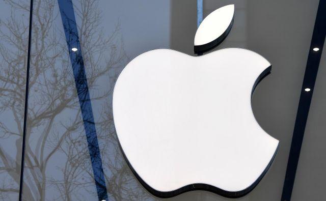 Znameniti logo podjetja Apple na pročelju njegove trgovine v Bruslju. Foto: Emmanuel Dunand/Afp