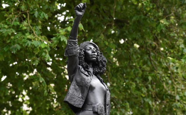 Delo britanskega umetnika <strong>Marca Quinna</strong> upodablja eno od protestnic. FOTO:Rebecca Naden/Reuters