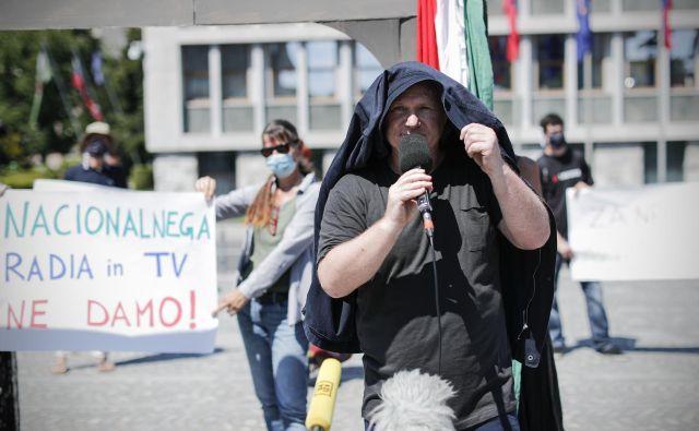 Sašo Hribar, radijski voditelj in soustanovitelj Zavoda plačnikov RTV-naročnine, je na shodu v satiričnem nastopu ovrgel očitke, da je RTV ostanek komunizma z močno nostalgijo po Jugoslaviji. FOTO: Uroš Hočevar/Delo