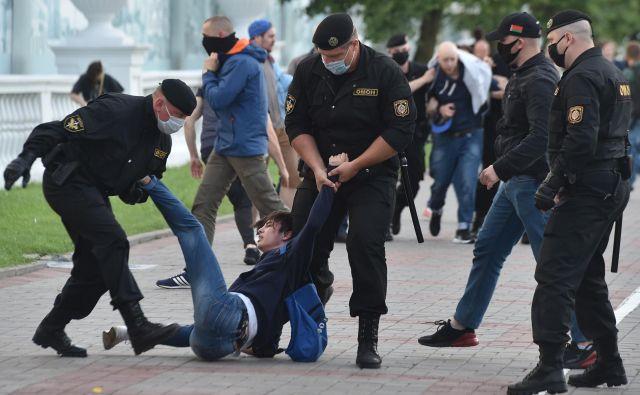 V zadnjih dnevih se je v Belorusiji na nenapovedanih demonstracijah zbralo toliko ljudi kot že dolgo ne. FOTO: Sergei Gapon/AFP