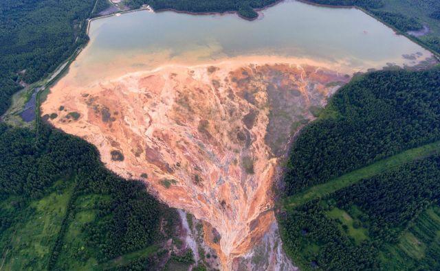 Pogled iz zraka na reko oranžne barve, ki se vije nad gozdnato pokrajino v bližini zapuščenega rudnika bakrovega sulfida v Uralu. Ruski tožilci so potrdili, da so opravili inšpekcijski pregled objekta, iz katerega naj bi odtekala kislina. FOTO: Sergey Zamkadniy/Afp<br />