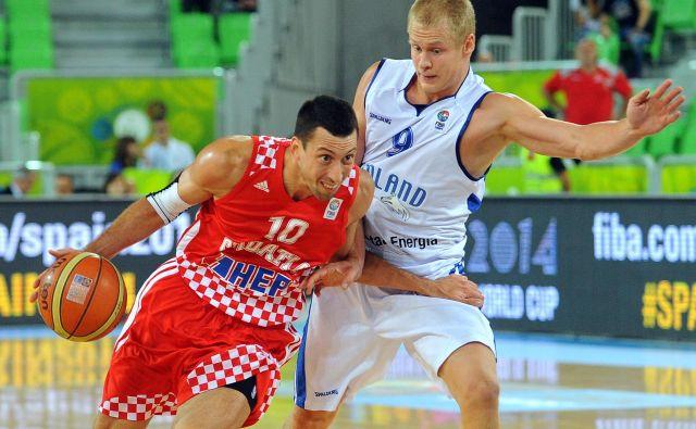 Roko Leni Ukić je Stožice dodobra spoznal med eurobasketom 2013. Na fotografiji v dvoboju s finskim reprezentantom Sasujem Salinom, prav tako nekoč zmajem. Foto: Andrej Isaković/AFP