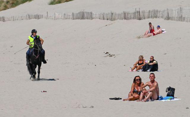 Sredi maja so bile plaže v bližini kraja Berck na severu Francije napol prazne. FOTO: Denis Charlet/AFP