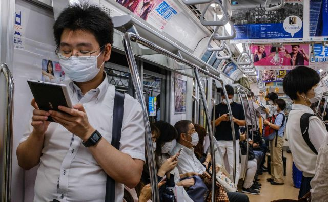 Tokio se bojuje s podaljšanim drugim valom okužb. FOTO: Philip Fong/Afp