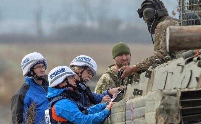 Opazovalci posebne opazovalne misije Ovse v Ukrajini na položaju v uporniškem Donbasu. FOTO: Oleksandr Klymenko/Reuters