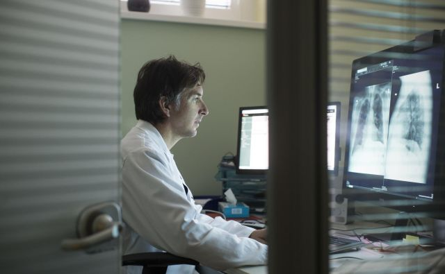 Dr. Aleš Rozman, direktor Univerzitetne klinike Golnik, podpira uvedbo aplikacije, saj meni, da je ključna pri omejevanju širjenja okužbe. FOTO: Jure Eržen/Delo