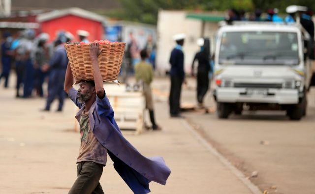 Revščina najrevnejših držav zaradi pandemije narašča. Med njimi je tudi afriški Zimbabve, kjer so oblasti tako kot drugod sprejele ukrepe za preprečitev širjenja virusa. FOTO:Philimon Bulawayo/Reuters