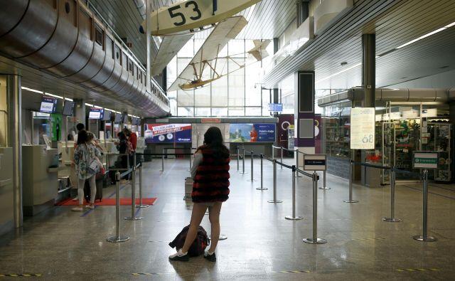 Četrtkovo jutro na letališču: nič več kot dva redna poleta... Foto Blaž Samec