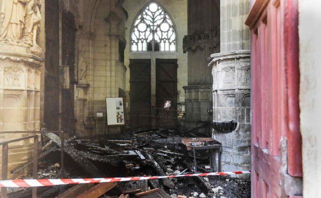 Gasilske enote so na požar v katedrali, ki so jo začeli graditi v 15. stoletju, opozorili malo pred osmo zjutraj. FOTO: Sebastien Salom-Gomis/AFP