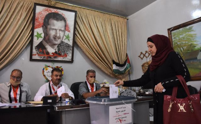 Prizor z volišča v Alepu. FOTO: AFP