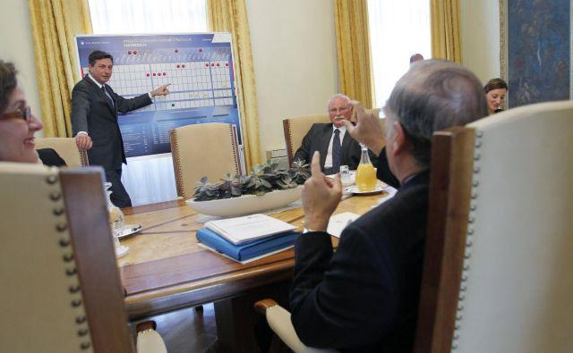 Takole je leta 2010 takratni premier Borut Pahor generalnemu sekretarju OECD Angelu Gurrii kazal pot razvoja Slovenije. In kje smo danes? FOTO: Leon Vidic /Delo