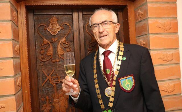 Še vedno je aktiven član slovenskega reda vinskih vitezov in francoskega reda šampanjskih vitezov. Na fotografiji v opravi slovenskih vitezov vina. FOTO: Jože Pojbič/Delo