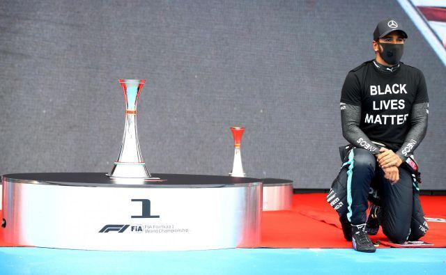 Lewis Hamilton je pokleknil pred VN Madžarske in po njej, vmes pa blestel na stezi Hungaroringa. FOTO: Mark Thompson/Reuters
