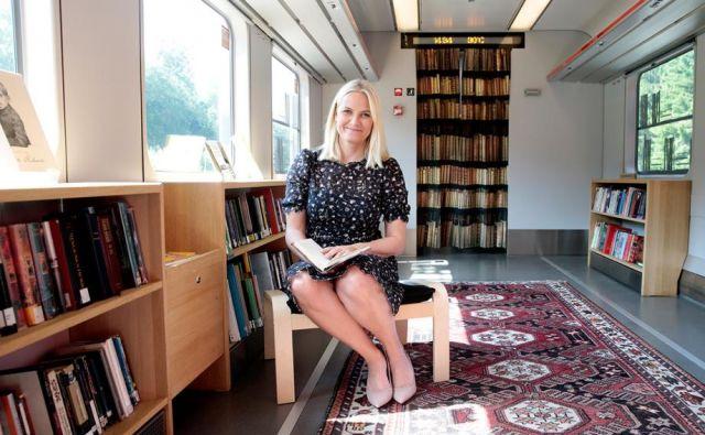 Norveška kronska princesa Mette-Marit, dolgoletna ambasadorka norveške literature po svetu, se je s princem Haakonom Magnusom v Frankfurt pripeljala z bralnim vlakom.
