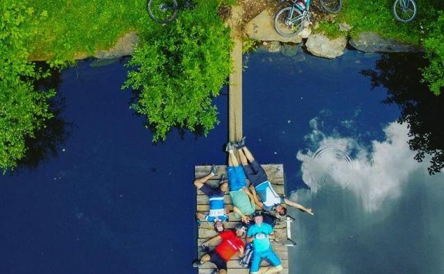 Osvežitev v katerem od jezer v poletni vročini še kako prija. FOTO: Anže Furlan