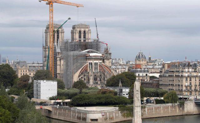 Čeprav so sprva mrzlično iskali nove ideje za prenovo v požaru uničene katedrale Notre-Dame, so se zdaj odločili, da bo ta ostala takšna kot je bila doslej. Foto Charles Platiau/reuters