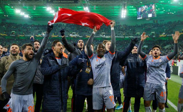 Mladi turški klub je pozdravil svoje privržence tudi po lanski tekmi evropske lige v Mönchengladbachu. FOTO: Leon Kuegeler/Reuters