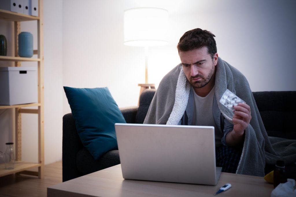 Mož rešitve za boljše počutje išče na internetu