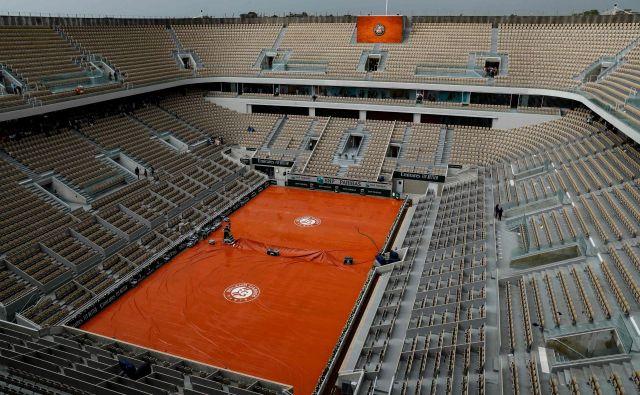 Prizor s štadiona v Roland Garrosu: to bi bila lahko v naslednjem obdobju začasna teniška realnost med dvoboji kjerkoli na svetu. FOTO: Thomas Samson/AFP