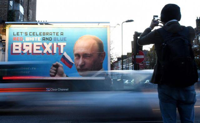 Očitki o ruskem vmešavanju v referendum o brexitu krožijo že več let, tudi v obliki reklamnih panojev s Putinovo podobo. Foto: Daniel Sorabji/Afp