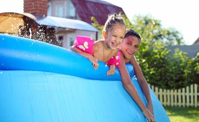 Montažni bazeni so enostavni za postavitev, zahtevajo sicer malo več truda glede vzdrževanja, a skok iz spalnice v vodo odtehta ves vloženi čas. FOTO: Photobac/Shutterstock