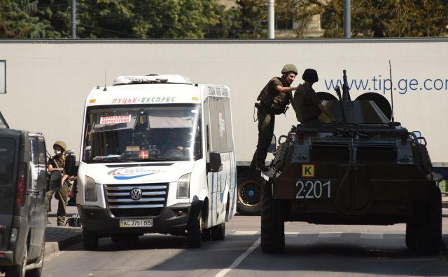 Moški je sam obvestil policijo o zajetju talcev. Z avtomatsko puško je razbil več oken minibusa in menda zatrjeval, da ima pri sebi tudi granate. FOTO: Jurij Djačišijn/AFP