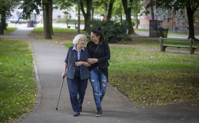 Starost ni nujno le pešanje, odvečnost ali čakanje na konec; še vedno je lahko tudi obdobje razvojnih možnosti.  Foto: Voranc Vogel/Delo