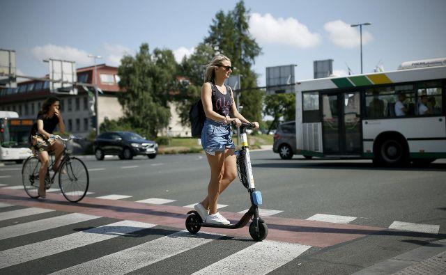 Dokler zakonodaja ni sprejeta, je uporaba e-skirojev v cestnem prometu uradno prepovedana. FOTO: Blaž Samec