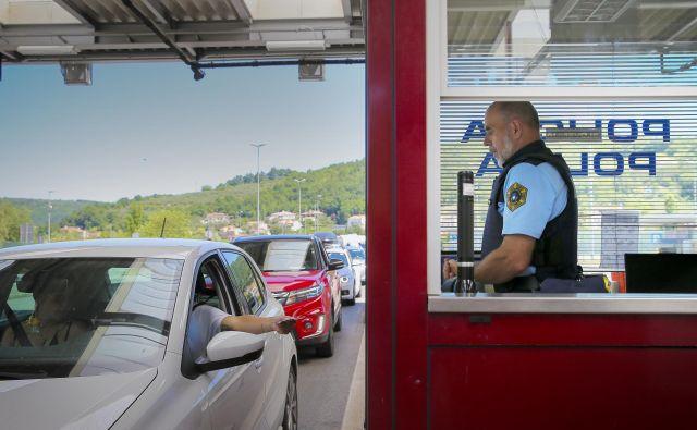 Policisti so do enih manj strogi, do drugih bolj. Foto Jože Suhadolnik/Delo