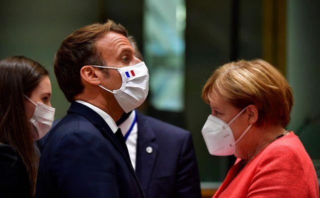 Finska premierka Sanna Marin, francoski predsednik Emmanuel Macron in nemška kanclerka Angela Merkel vsi prihajajo iz držav, ki v evropski proračun vplačajo več sredstev, kot pa jih iz njega dobijo. Foto: John Thys/Afp