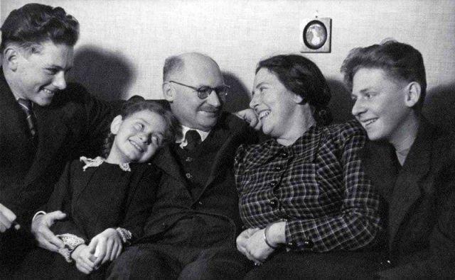 Prva dokrorandka na ljubljanski univerzi dr. Ana Mayer s svojo družino Mayer Kansky. FOTO Wikicommons