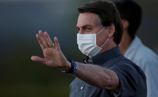 Predsednik Jair Bolsonaro dela iz svoje rezidence, odkar so pri njem prvič potrdili okužbo z novim koronavirusom. Za covidom-19 je zbolelo tudi več brazilskih ministrov. FOTO: Ueslei Marcelino/Reuters