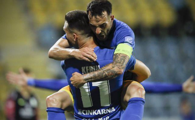Tako je Mitja Lotrič skočil v objem strelcu prvega celjskega gola Luki Kerinu. FOTO: Uroš Hočevar/Delo
